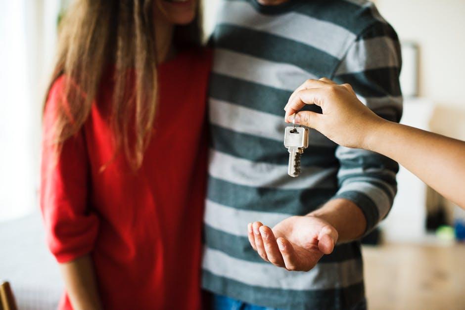 Ayudas compra vivienda pareja joven recibe las llaves de su vivienda